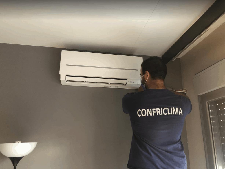 instalador de confriclima montando un aire acondicionado